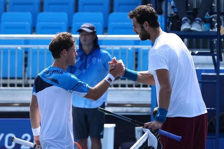 Schwartzman and Khachanov greet each other after the difficult match.  REUTERS / Edgar Su
