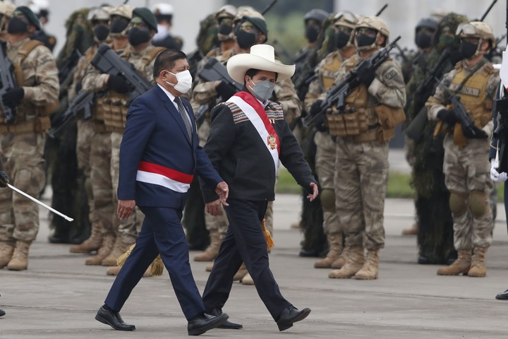 The president of Peru, Pedro Castillo, and his defense minister, Walter Ayala (left), participate in a military parade for the national holidays in Lima, this Friday.  Photo: EFE