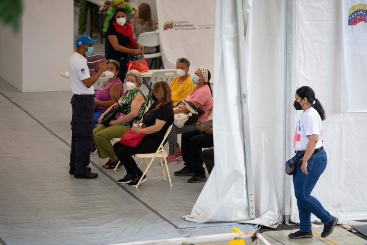 People in a vaccination center, on July 30, in Caracas.  Photo EFE
