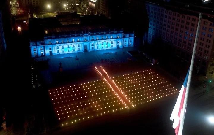Sebastián Piñera led a tribute to the victims of the coronavirus in Chile.  Photo Marcelo Segura / EFE