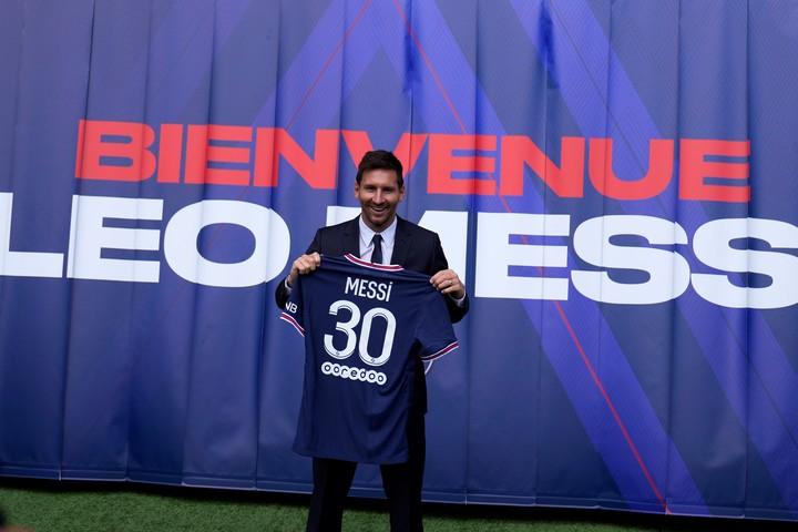 Lionel Messi con su nueva camiseta en su nuevo club. Foto AP Photo/Francois Mori