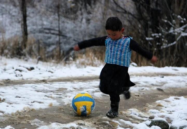 """Las fotos del """"Messi afgano"""" recorrieron el planeta. (Foto: AFP)."""
