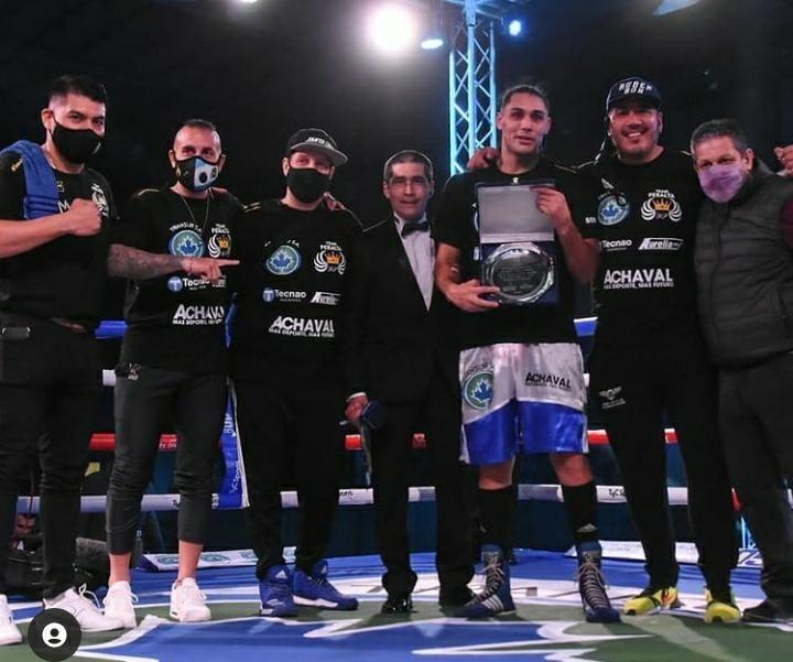 Rincón contento: Yamil Peralta, luego de ganar la pelea, con la plaqueta conmemorativa