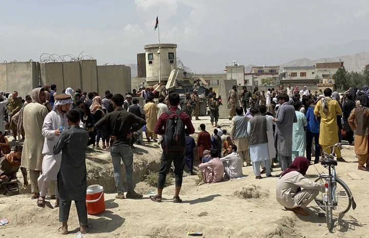 Outside the Kabul airport, people continue to congregate in hopes of leaving the country.  Photo: EFE