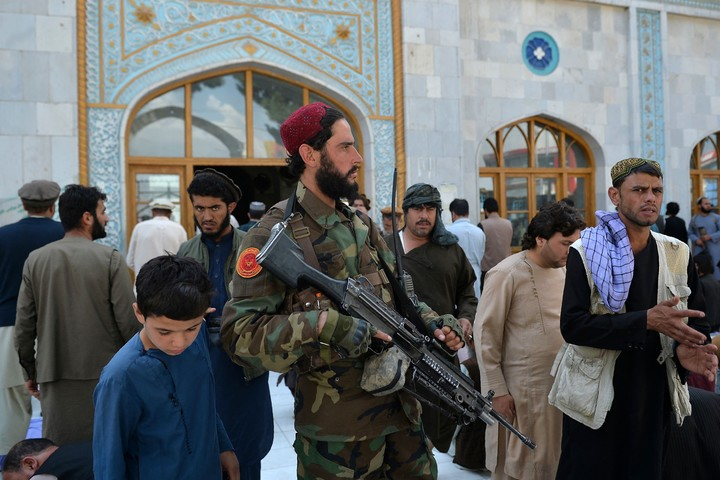 A Taliban fighter, on guard this Friday in front of a mosque in Kabul.  Photo: AFP