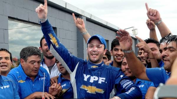 Agustín Canapino festeja en Alta Gracia: gritó campeón del Súper TC2000.