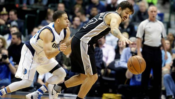 Nicolás Laprovíttola se lleva la pelota ante la férrea marca de Seth Curry, de Dallas. (AP Photo/LM Otero)