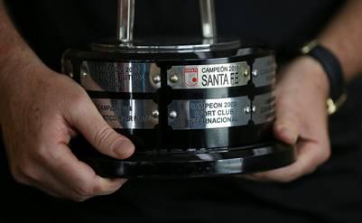 La base de la Copa que Santa Fe le entregó a Chapecoense. (Foto: AP)