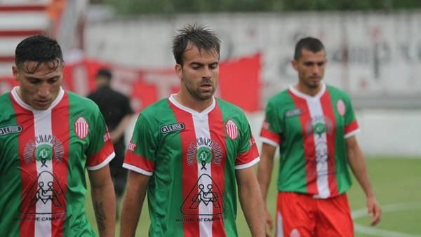 Los jugadores de Barracas Central con la camiseta homenaje utilizada ante UAI Urquiza.