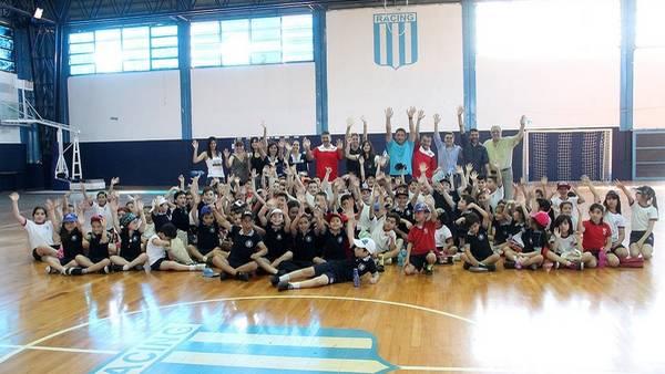 Unidos. Los chicos de los colegios de Racing e Independiente, un mensaje contra la violencia.