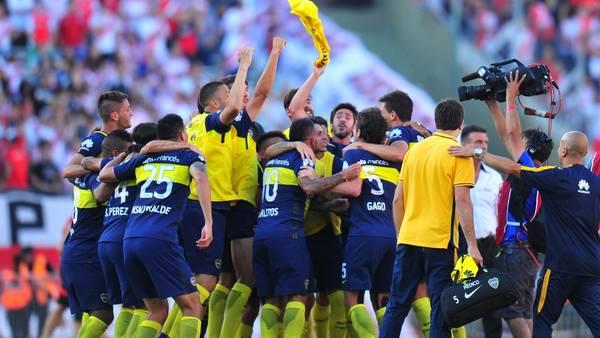 Boca festeja la victoria en el Monumental. (Foto: Marcelo Carroll)