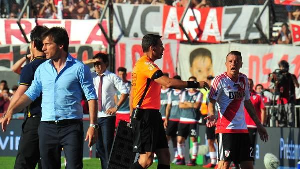 Andrés D'Alessandro y un encontronazo con los mellizos Barros Schelotto en su salida de la cancha. (Marcelo Carroll)