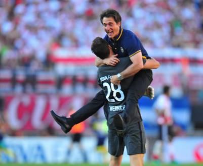 El Mellizo se abraza con Werner, el arquero que debutó este domingo. (Foto: Marcelo Carroll)