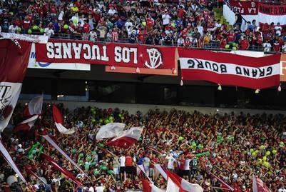 Las banderas de Independiente colgadas al revés durante el clásico ante River en Avellaneda. (Juano Tesone)