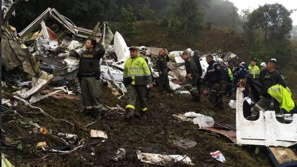 Los rescatistas trabajan sobre los restos del avión estrellado en la  zona montañosa en las afueras de Medellín, Colombia, el martes 29 de noviembre de 2016. (@policiantioquina)