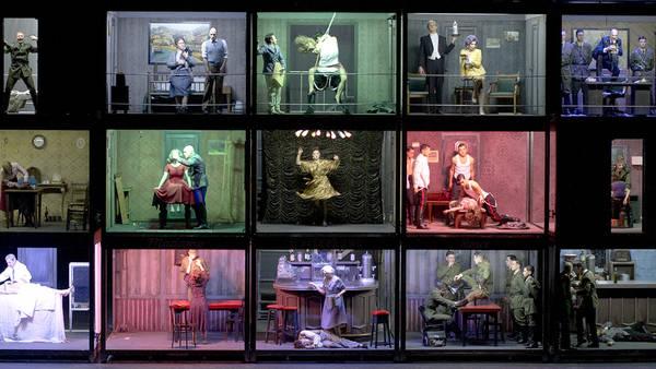 Bestiario humano. Diseño de Enrique Bordolini para la gran puesta en escena de Pablo Maritano. Foto: Arnaldo Colombaroli.