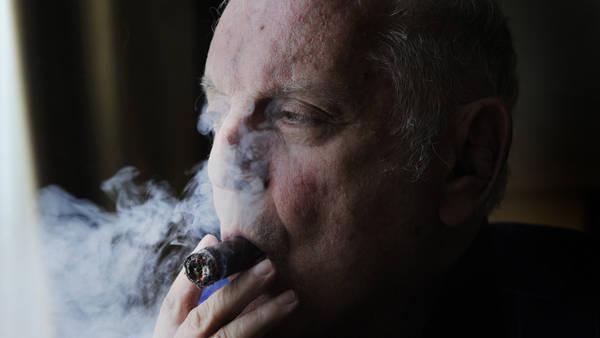 Fumando espero. Daniel Barenboim, un día antes de su primer concierto en el Colón. Foto: Ariel Grinberg.
