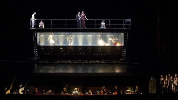 En movimiento. La régie de Waltz aprovecha cada elemento de la obra para enriquecer su puesta. TC/Máximo Parpagnoli (Foto: Arnaldo Colombaroli)