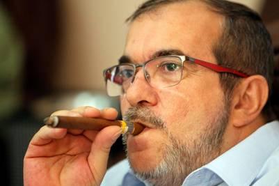 """El máximo líder de las FARC, Timoleón Jiménez, """"Timochenko"""", fuma en La Habana un puro cubano mientras está pendiente de los resultados de la consulta popular sobre el acuerdo de paz en Colombia./ EFE"""