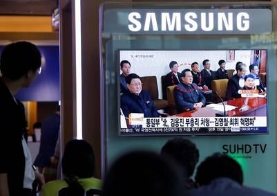 Un hombre observa la imagen de archivo de Kim Yong Jin, el viceprimer ministro supuestamente ejecutado por el régimen de Kim Jong Un. AP