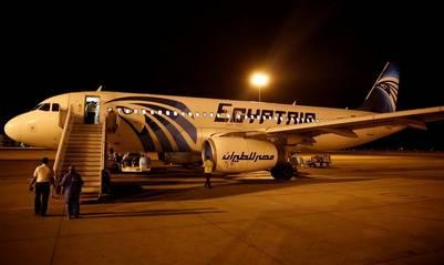 Seguridad aeroportuaria revisan un avión de Egyptair tras aterrizar en El Cairo. / Reuters