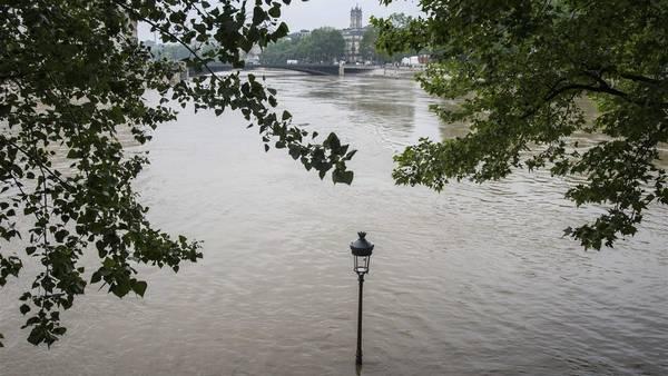 El río Sena en París, en plena crecida./ EFE