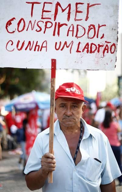 """""""Temer conspirator, Cunha ladrón"""", dice el cartel de un manifestante durante una manifestación en San Pablo. / AFP"""