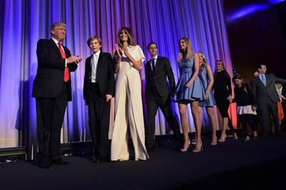 Trump celebra junto a su familia el triunfo en las elecciones presidenciales de Estados Unidos. (AFP)