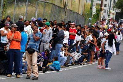 Venezolanos hacen cola en un supermercado de Caracas. / Reuters