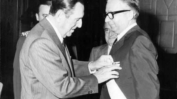 Juan Domingo Perón condecorando con la orden del Libertador a Licio Gelli, gran maestre de la Logia Propaganda Due, en 1973 (AGN)