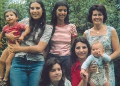 Una de las últimas fotos familiares de Elsa, con sus cuatro hijas y dos nietos (PRH)