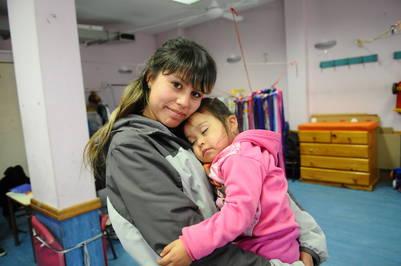 """Madre e hija. """"Estudiar es una forma de no bajar los brazos"""", dice Ayelén (19), que  está en 4° año y es mamá de Bryanna (2)."""