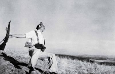 Muerte de un miliciano, que Robert Capa tomó en los primeros días de la Guerra Civil española.