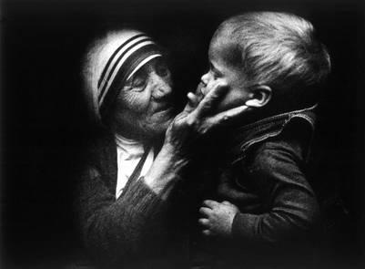 VARSOVIA (POLONIA) 18/8/2010.- (ARCHIVO) Foto sin fechar que muestra a la madre Teresa de Calcuta mientras sostiene a un niño durante su visita a Varsovia (Polonia). Para conmemorar el centenario del nacimiento de la madre Teresa el próximo 26 de agosto de 2010, se han programado diferentes iniciativas en todo el mundo. La fundadora de la Orden de las Misioneras de la Caridad, nació el 27 de agosto de 1910, en Skopje, localidad albanesa anexionada al imperio otomano.EFE/TOMASZ GZELL PROHIBIDO PUBLICAR EN POLONIA  varsovia polonia madre teresa calcuta fundadora orden misioneras de la caridad centenario nacimiento centenario nacimiento hermana caridad