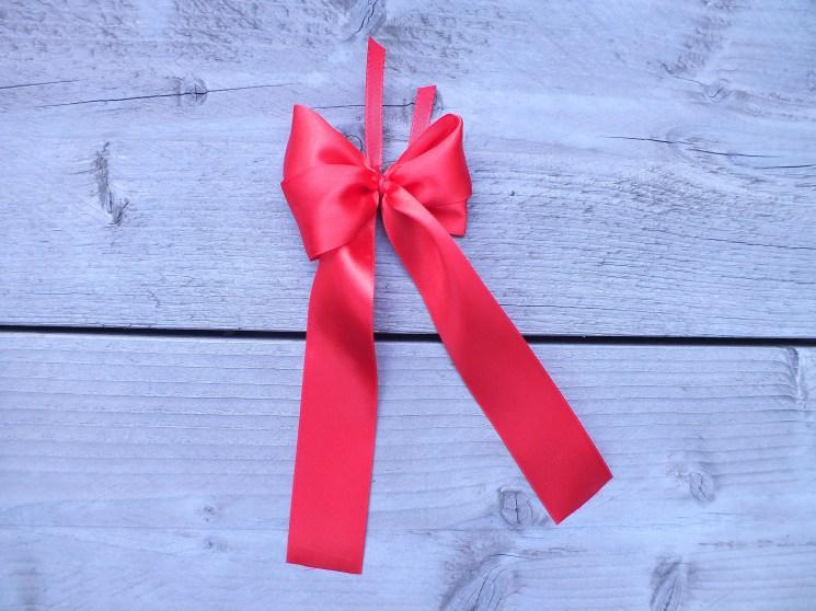 Geschenkschleife einfach binden  Anleitung auf Geschenkede