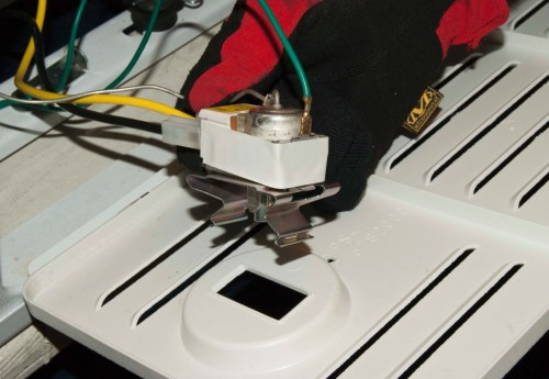 small resolution of release the thermostat from the grill cover