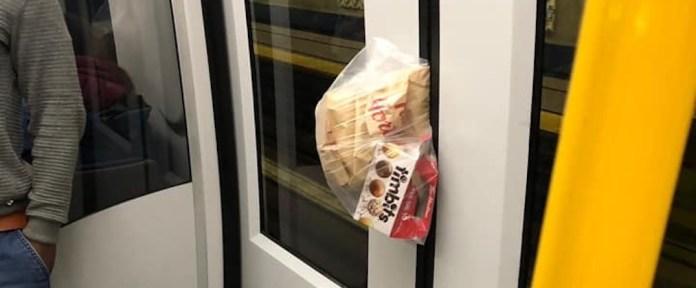 Tim Hortons s'est coincé entre les portes du SkyTrain le 24 octobre 2019.