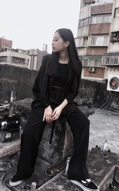 穿搭主題:ALL BLACK 黑色西裝料質落地寬褲 by 李勤   Dappei
