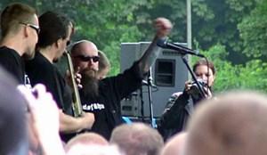 """Szenen aus Kuban-Videos vom Auftritt der Band """"Die Lunikoff Verschwörung"""" beim """"Rock für Deutschland"""" der NPD in Gera. Sänger Michael """"Lunikoff"""" Regener ist der ehemalige Sänger von """"Landser""""."""