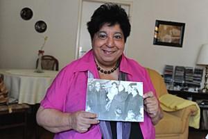 Christine Mjka mit einem Foto aus Kindheitstagen, die nun ein Projekt beforscht.