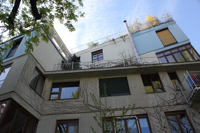 Das von Ottokar Uhl geplante und 1990 fertig gestellte B.R.O.T.-Haus in der Geblergasse 78 in Wien-Hernals (Bild: Hofansicht) war das erste österreichische Baugruppen-Projekt. (foto: derstandard.at/putschögl)