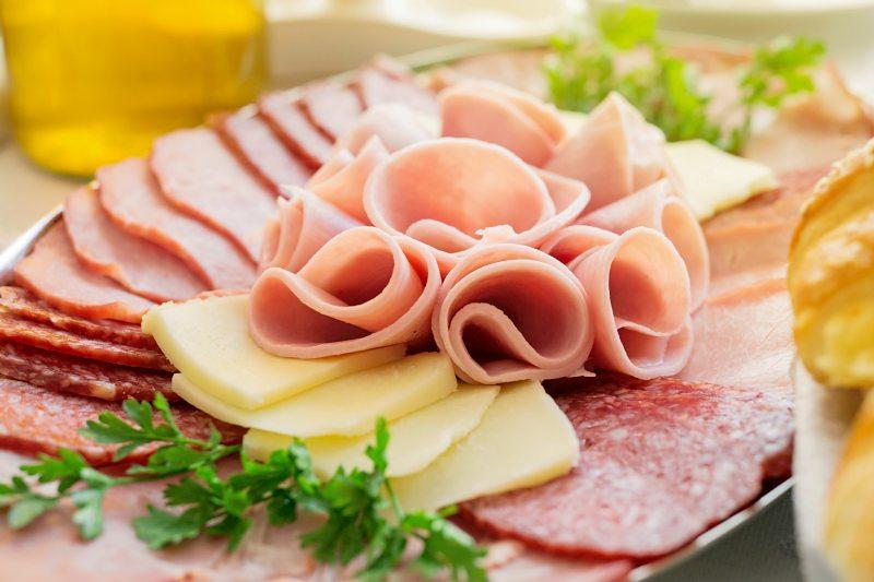 foto: istockphoto.com/srdjanpav Auch wenn die hier abgebildete keine ist – die fleischlose Wurst boomt. Schweinezüchter sehen sich unter Druck.