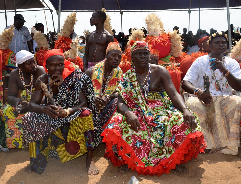foto: gänsler Am Strand von Ouidah feiern tausende Menschen den Voodoo-Tag. Manche sehr, manche weniger bunter gekleidet.