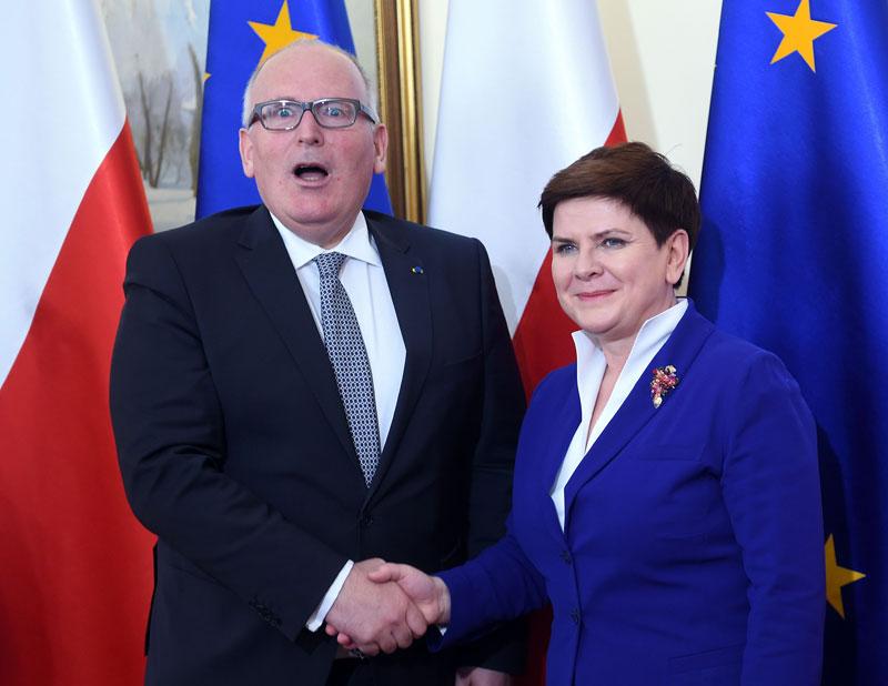 foto: apa/afp/janek skarzynski Fester Händedruck: Beata Szydlo begrüßt Frans Timmermans in Warschau