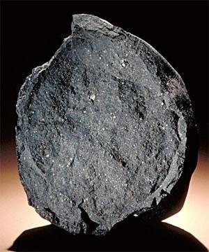 Artikelbild: Der Murchison-Meteorit, 1969 in Australien niedergegangen, zählt zu den am besten untersuchten Meteoriten der Welt. Wissenschafter konnten in dem 4,6 Milliarden Jahre alten Gestein Aminosäuren,  Harnsäure und andere organische Substanzen feststellen. - Foto: Chip Clark/Smithsonian Institution