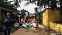 Warga Manggarai berdoa agar tak digusur.