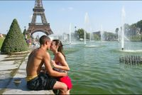 Pasangan kekasih di tepian Sungai Seine, Prancis (globalpost.com)