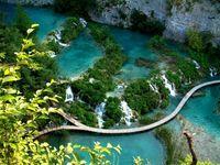 Tebing-tebing batu ini menjadi pembatas dan untuk setiap danau-danau di Plitvice Lakes (worldtraveler.com)