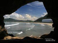 Pemandangan Pantai Lhoknga dari dalam gua. Posisi gua ini sebenarnya tidak sulit untuk ditemukan karena berada di tebing dekat pabrik semen. Posisinya pun tidak terlalu tinggi, hanya sekitar 5 meter dari permukaan laut