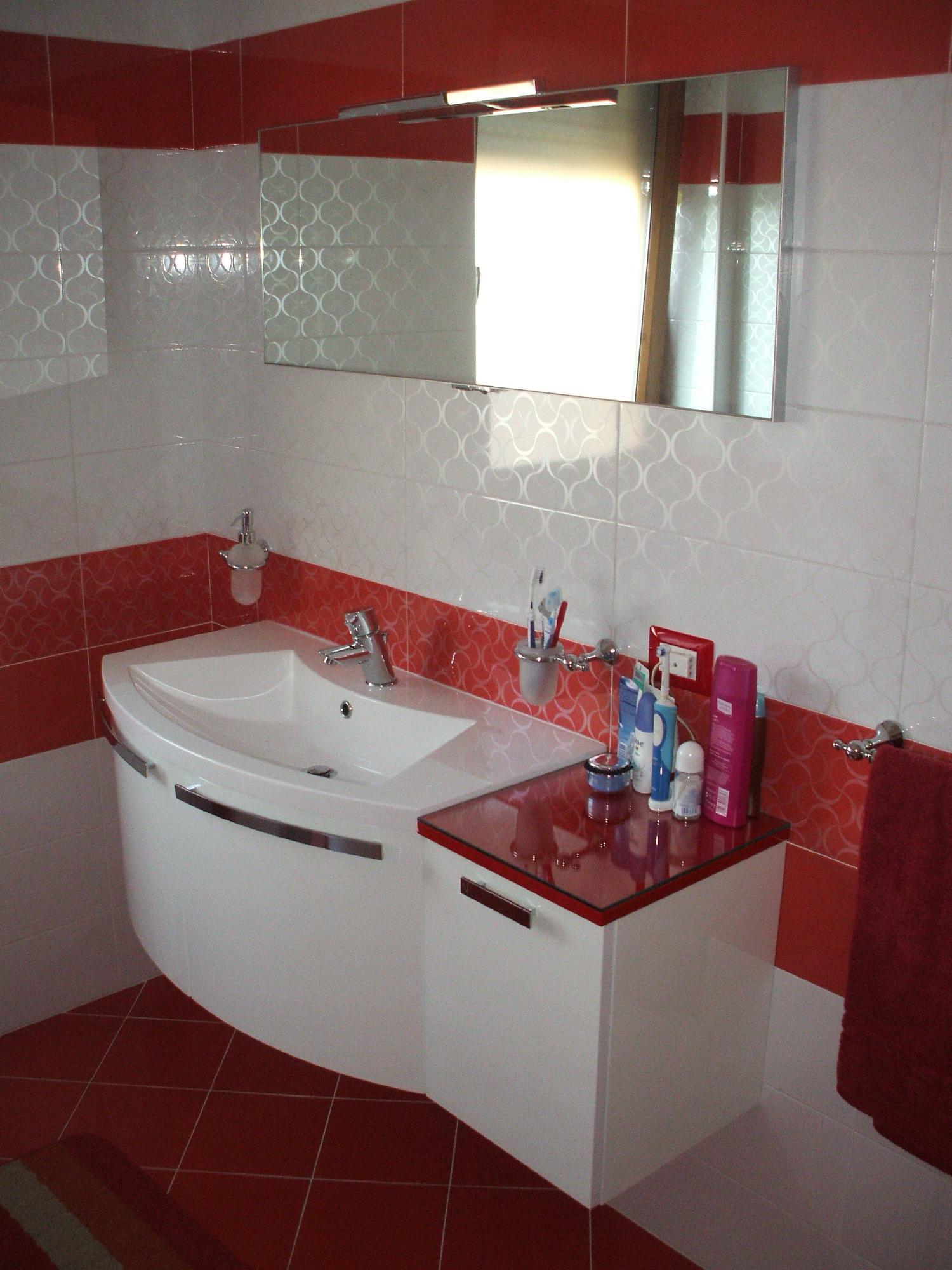 Bagno rosso dom kupatila u jarkim bojama